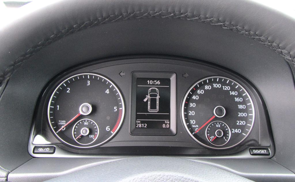 VW Cross Caddy: Blick durch den Lenkradkranz auf die Rundinstrumentierung.