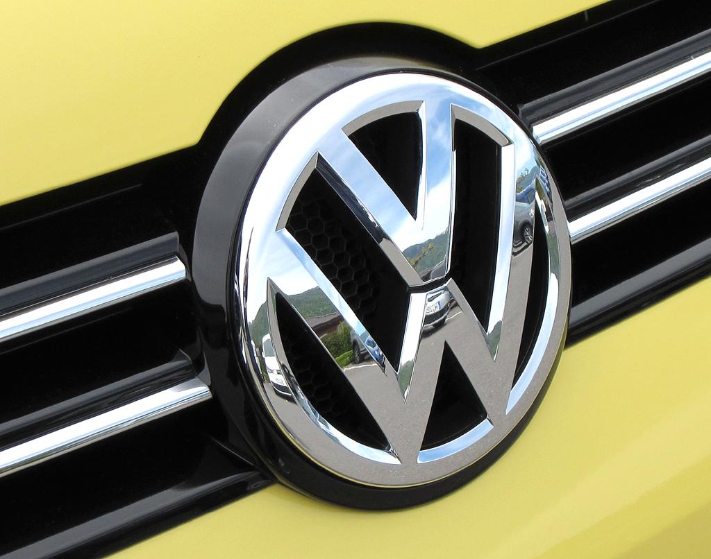 VW Cross Caddy: Das Markenlogo sitzt vorn mittig im Kühlergrill.