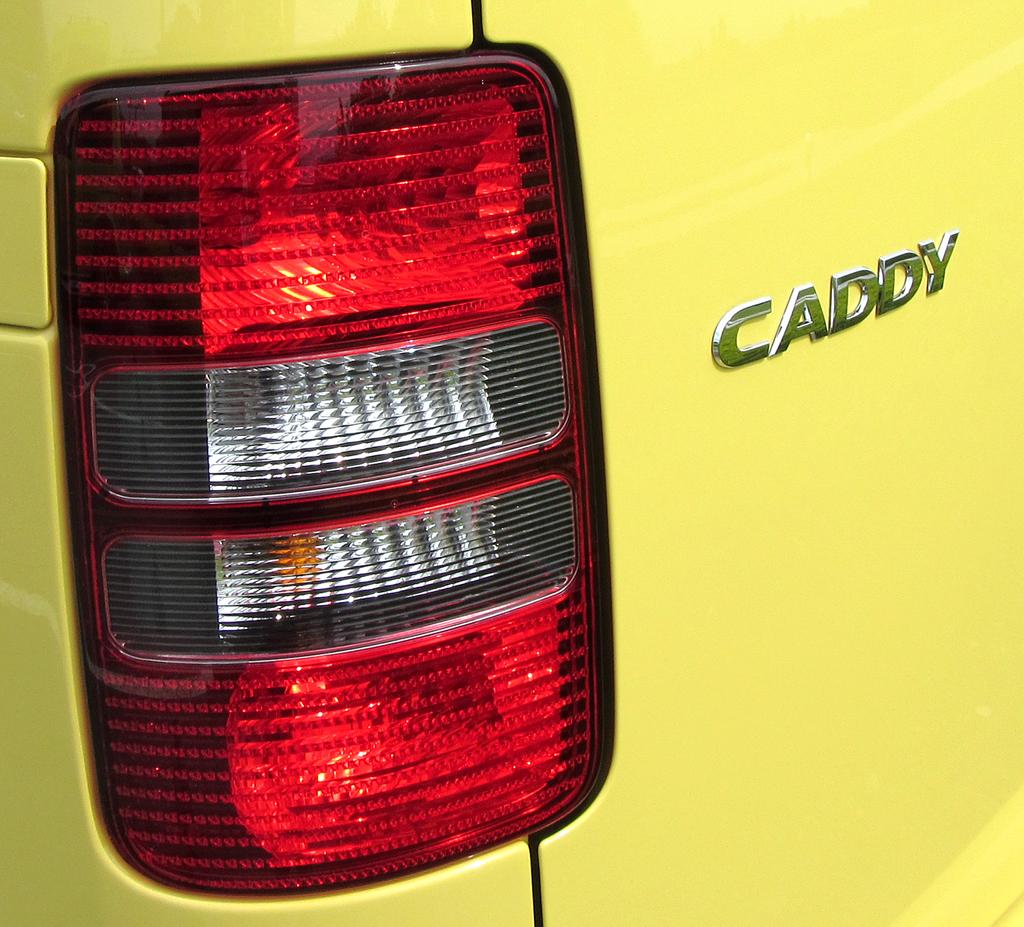 VW Cross Caddy: Großformatige Leuchteinheit am Heck mit Modellschriftzug.
