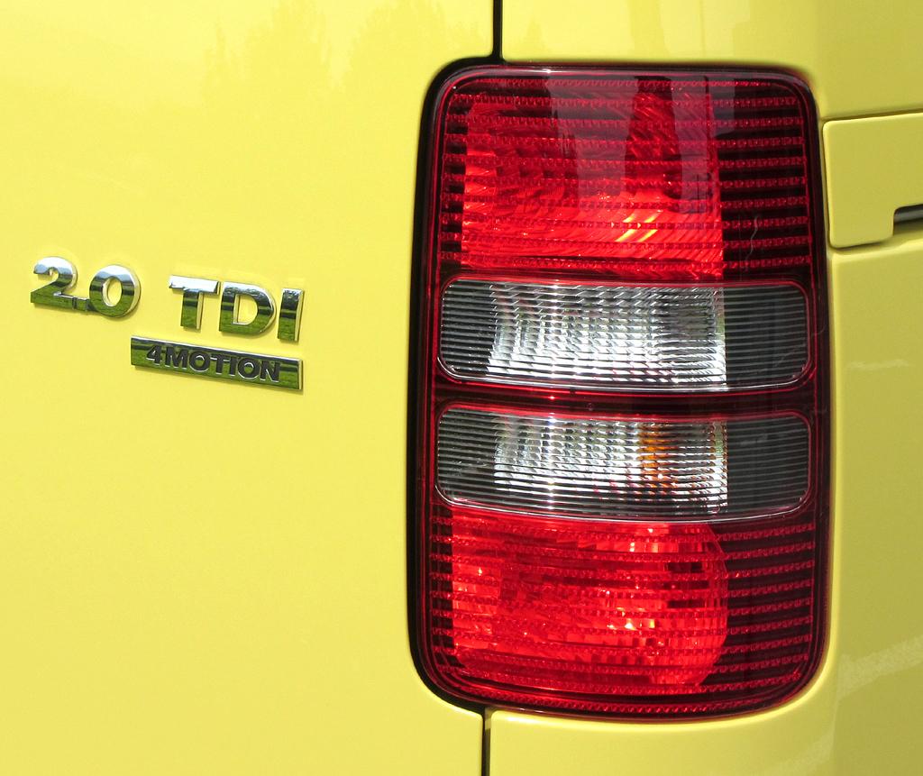 VW Cross Caddy: Moderne Leuchteinheit am Heck mit Antriebsschriftzug.