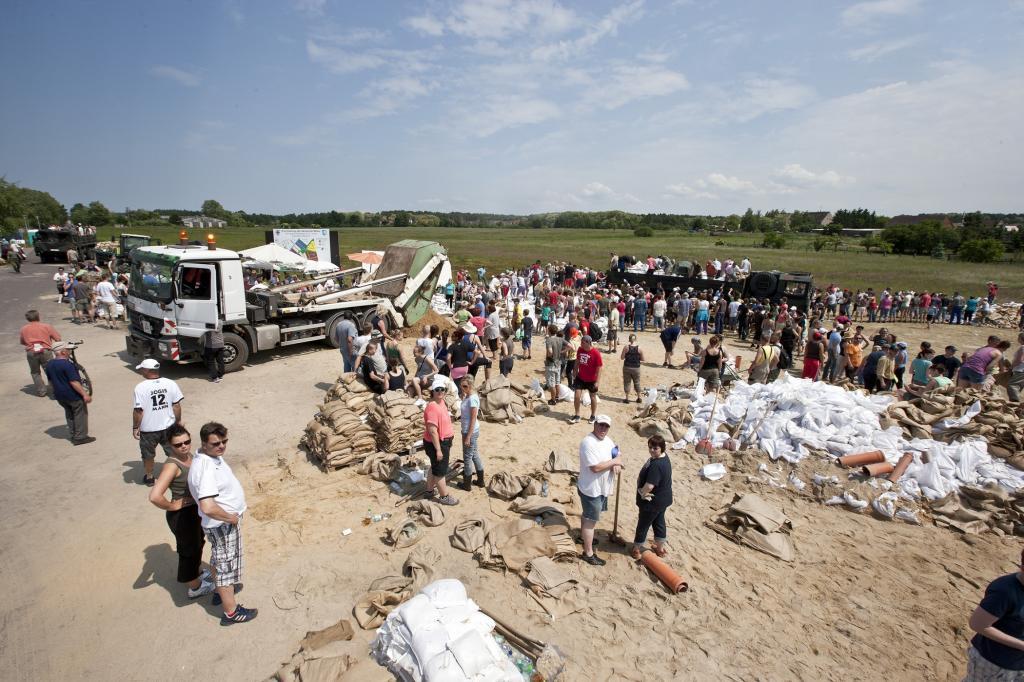 Zahlreiche Freiwillige packten mit an, den von kommunalen Absetzkippern gelieferten Sand möglichst schnell in Säcke zu schaufeln