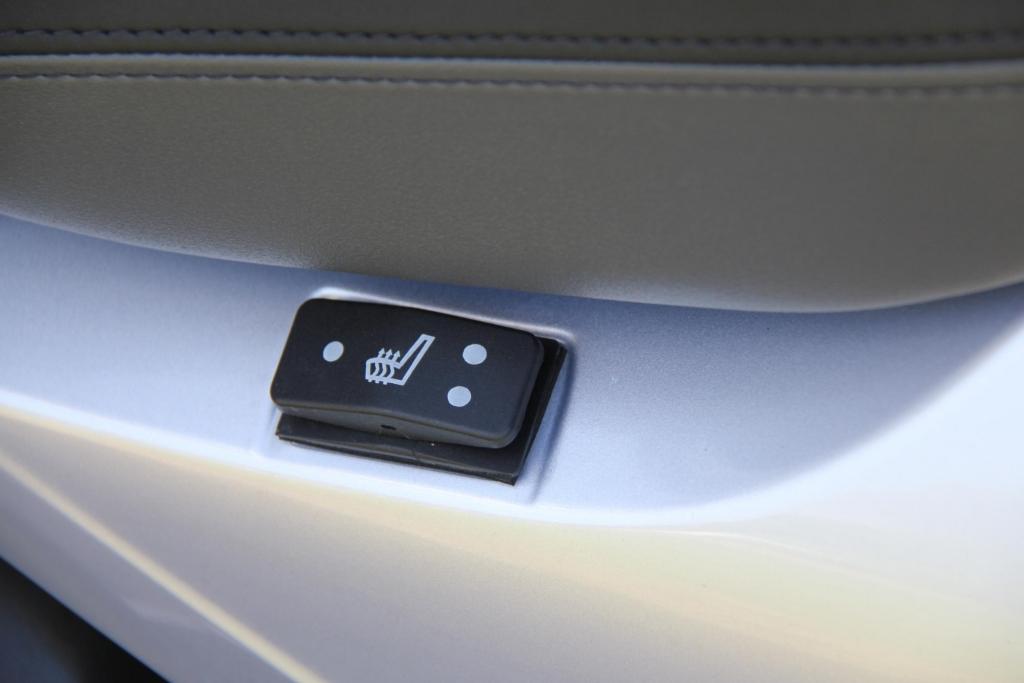 Übrigens gibt es auch Sitzheizung für vorn und hinten, diese Schalter sind seitlich in die Verkleidung integriert.