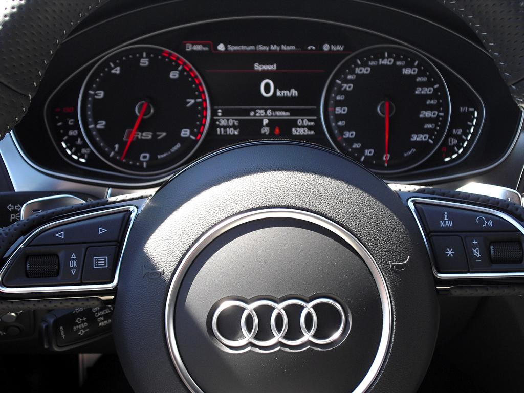 Audi RS7 Sportback: Blick durch den Lenkradkranz auf die Rundinstrumentierung.