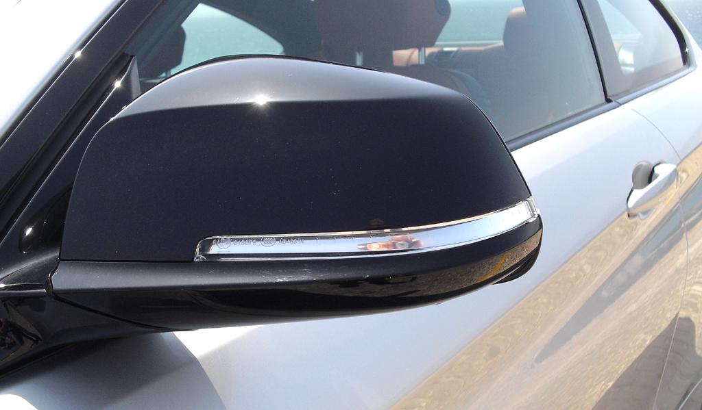 BMW 4er Coupé: In die Außenspiegel sind Blinkleisten integriert.