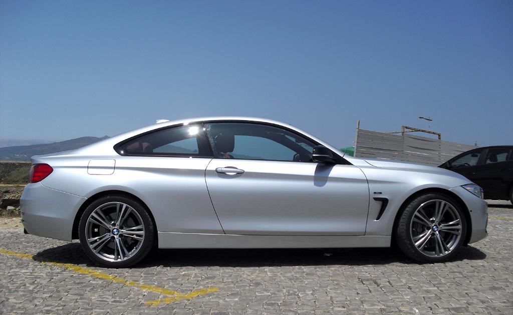 BMW 4er Coupé: Moderne Leuchteinheit hinten mit Modellschriftzug.