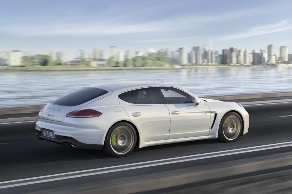 Bei einem Plug-In-Hybrid wie dem Panamera etwa lässt sich die Klimatisierung schon vor Fahrtbeginn anstellen, wenn der Wagen noch an der Ladestation hängt