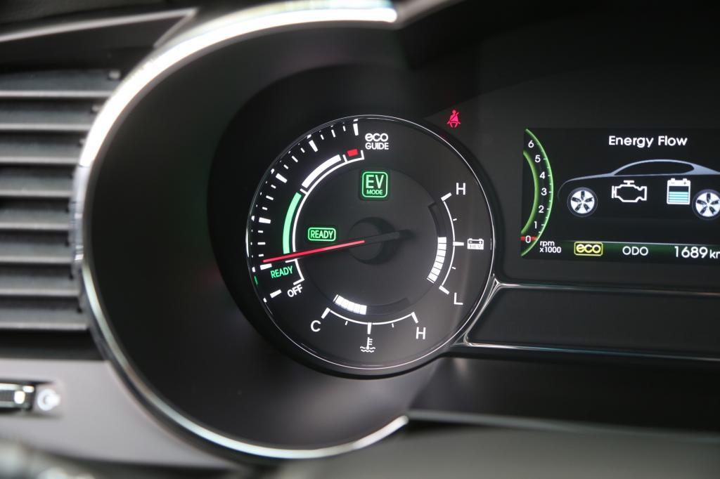Bei elektrischer Fahrt leuchtet das EV-Symbol