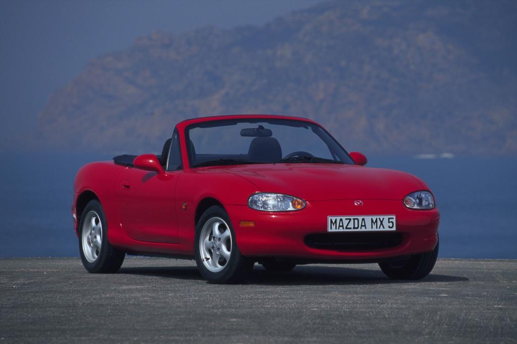 Das Design bleibt ein Dauerbrenner: Auch der zweiten Generation des MX-5 sieht man die Anlehnung an das historische Vorbild Lotus Elan an