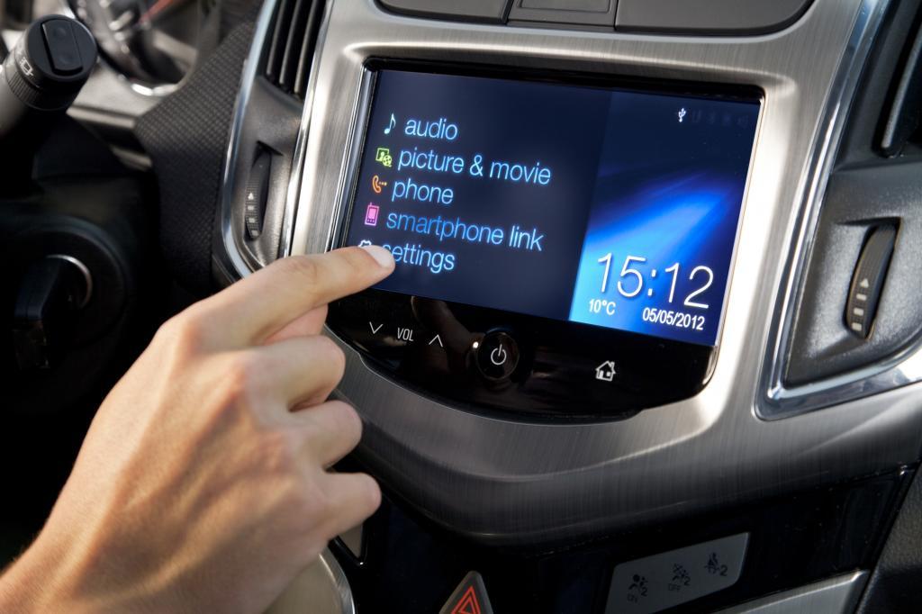Das Radio wird über einen großen Touchscreen bedient, für laut und leise gibt es Pfeiltasten