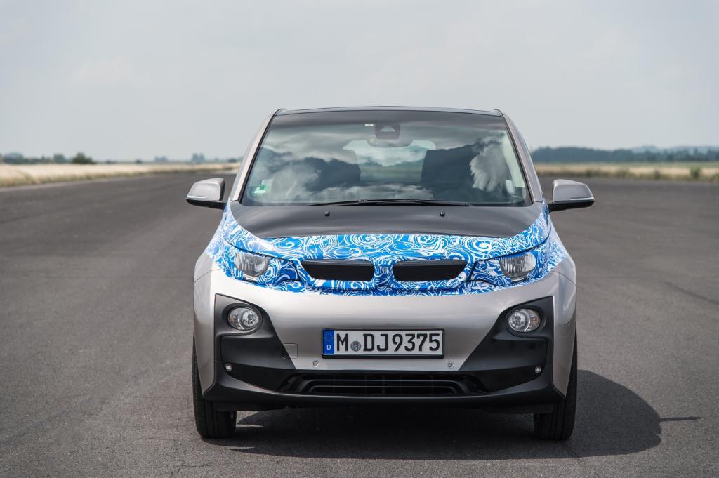 Der erste Blick in die Augen des neuen Modells, das noch in diesem Jahr auf den Markt kommen soll, zeigt trotz blau-weißer Tarnfolie: Ja, das ist eindeutig ein BMW-Gesicht
