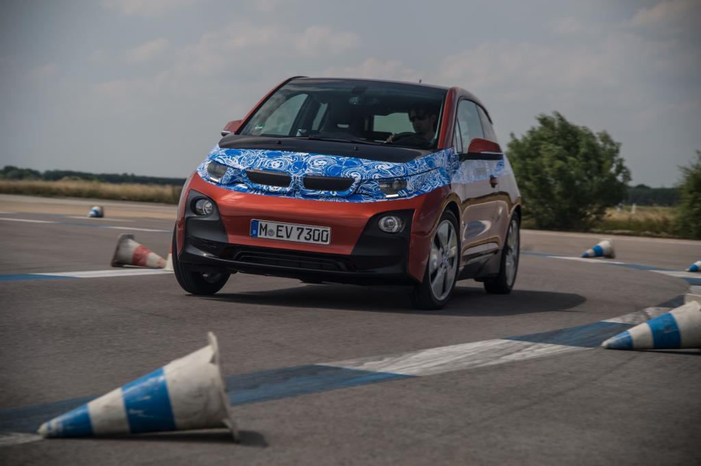 Der neue i3 - offizielle Bilder zeigen ihn noch mit Tarnfolie - soll mehr können als fahren, Hersteller BMW hat ein komplettes Mobilitätskonzept in sein neues Elektroauto integriert