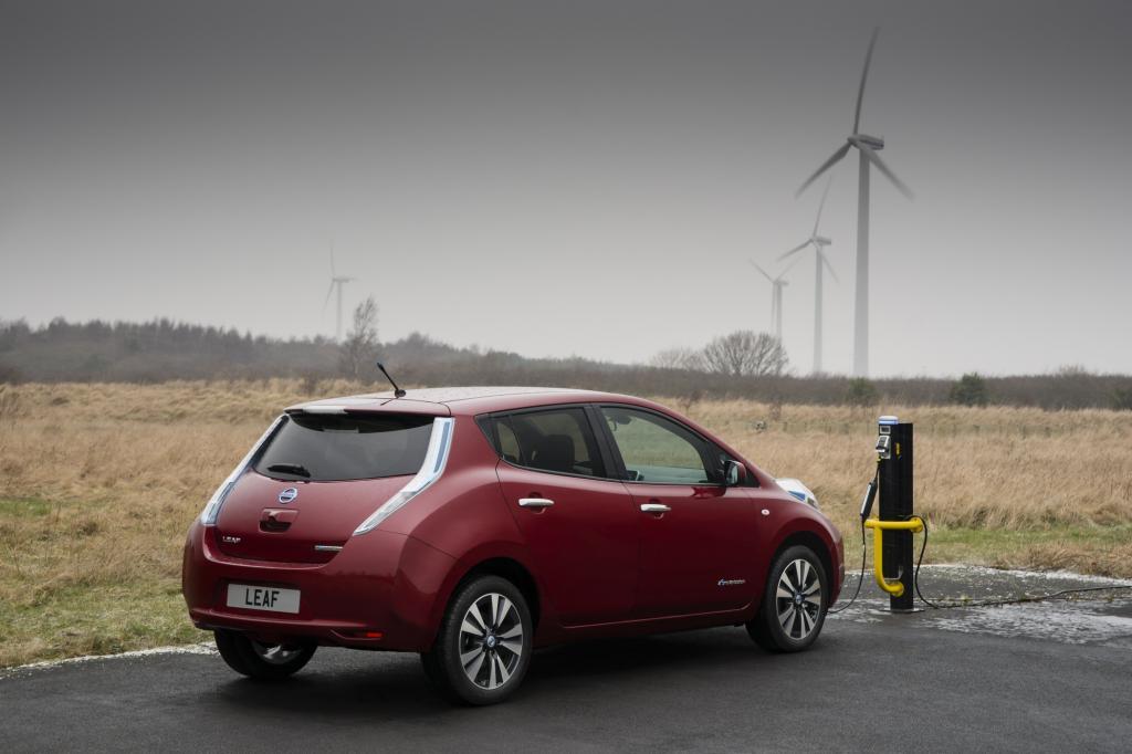 Die Akkus lädt der Nissan Leaf an einer Schnellladestation in 30 Minuten zu 80 Prozent voll, an der Haushaltssteckdose braucht der Leaf zehn Stunde