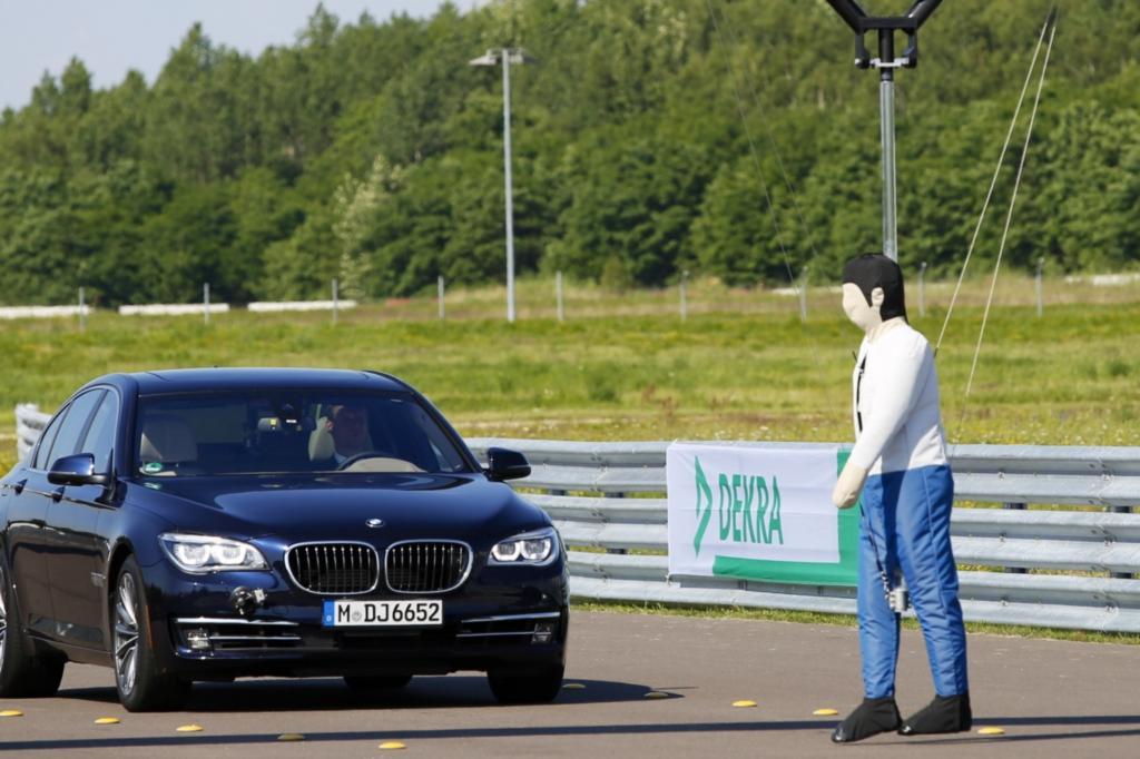 Ein Dummy hängt von einer Brücke: So sieht der Versuchsaufbau aus, wenn die automatische Fußgängerkennung von Fahrzeugen auf dem Prüfstand steht