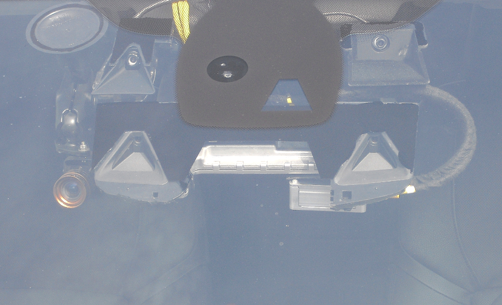 Ein Großteil der Erfassungstechnik innen sitzt oben hinter der Frontscheibe.