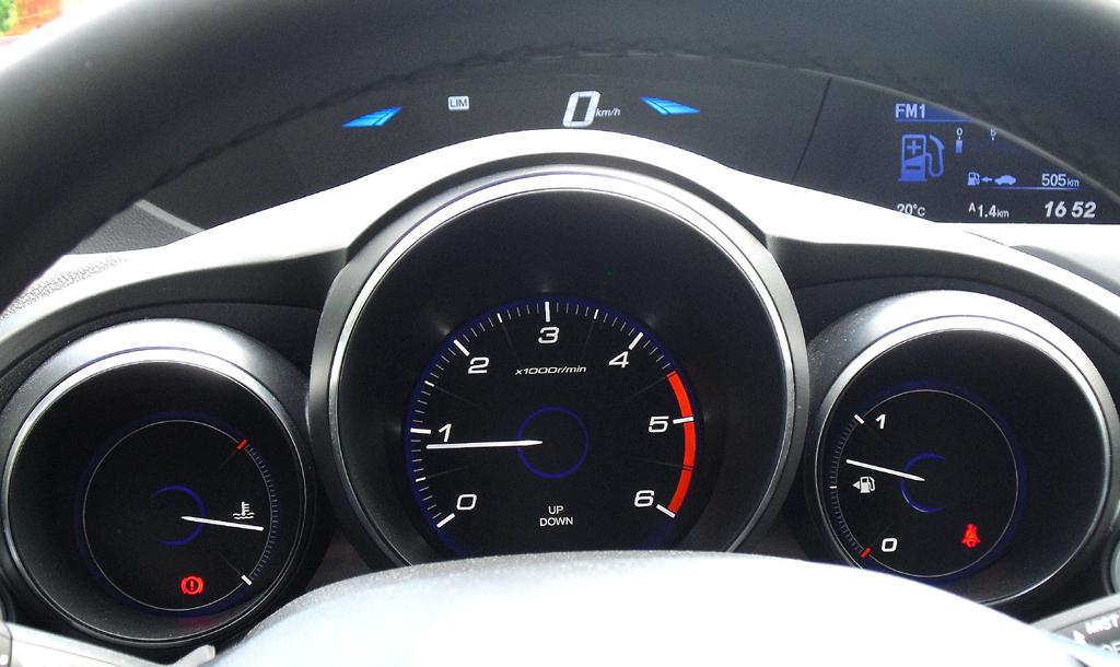 Honda Civic: Blick durch den Lenkradkranz auf die Rundinstrumentierung.