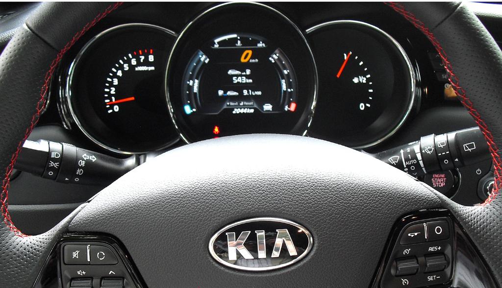 Kia Cee'd GT: Blick durch den Lenkradkranz auf die Rundinstrumentierung.