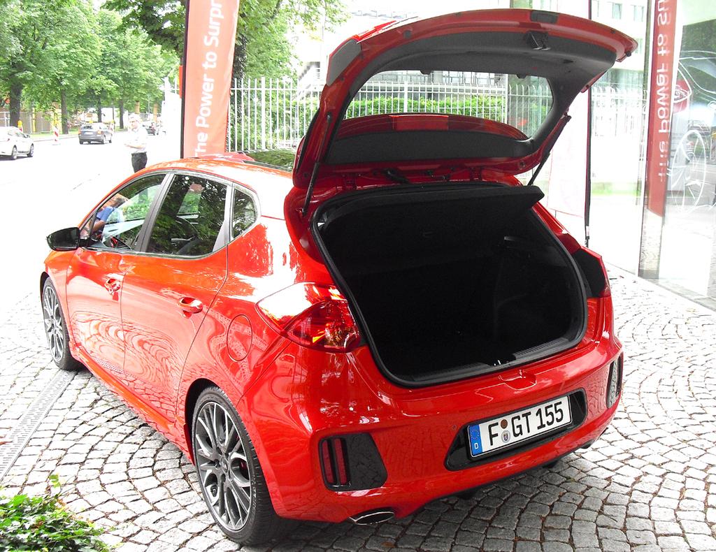Kia Cee'd GT: Ins Gepäckabteil passen 380 bis 1318 Liter hinein, beim Pro Cee'd GT bis 1225.