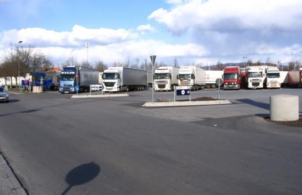 Lkw-Kompaktparken an der Autobahn