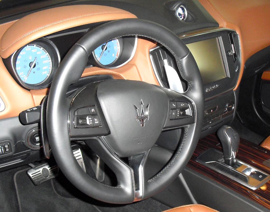 Maserati Ghibli: Blick ins keinesfalls überladen wirkende Cockpit.