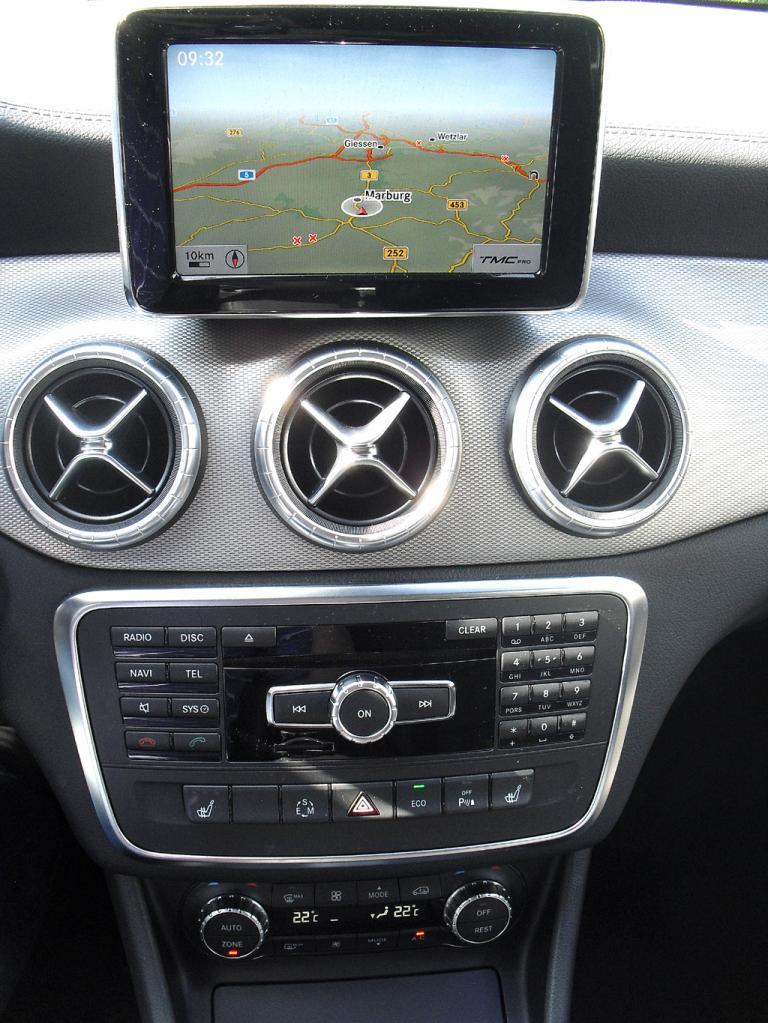 Mercedes CLA: Blick auf den mittleren Armaturenträger.