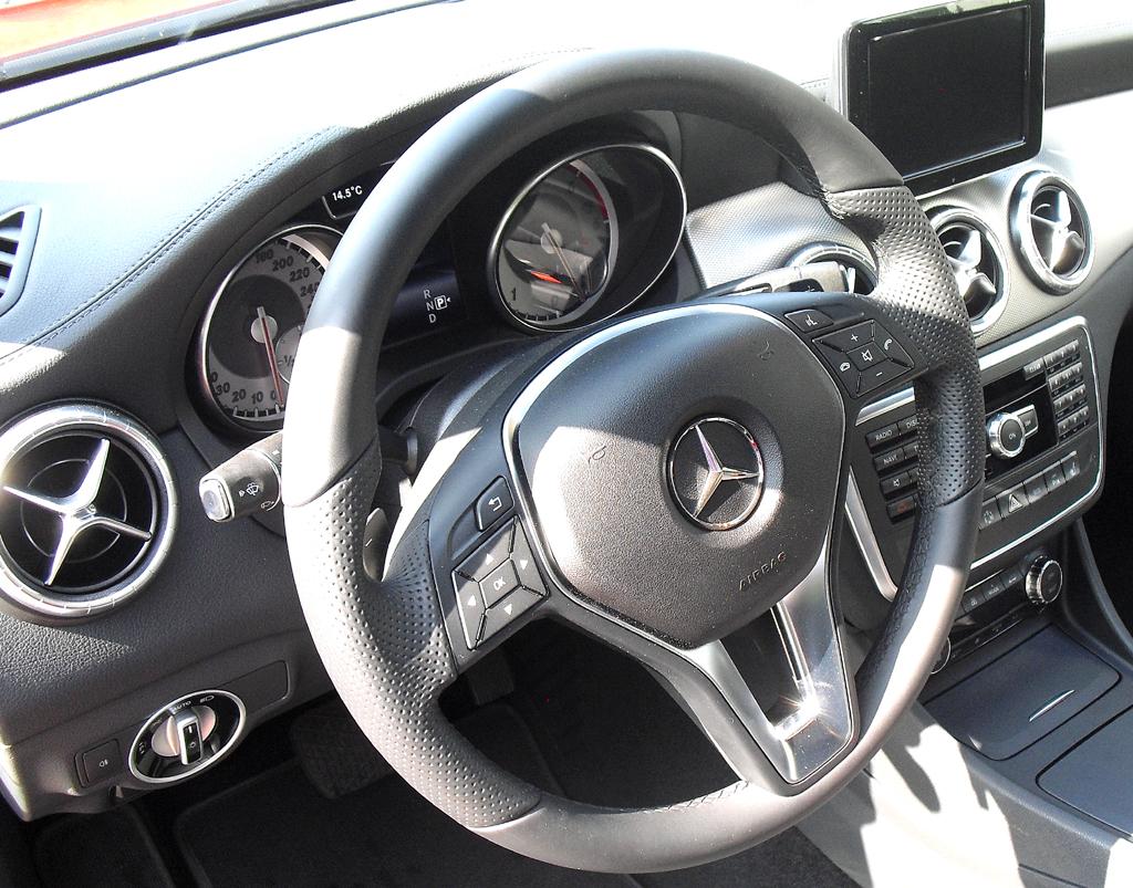 Mercedes CLA: Blick ins Cockpit mit dem aufgesetzten Display in der Mitte.