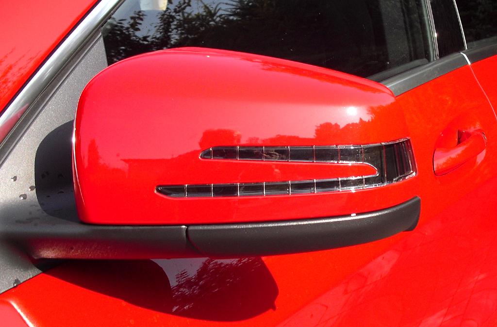 Mercedes CLA: In die Außenspiegel sind gleich zwei schmale Blinkleisten integriert.