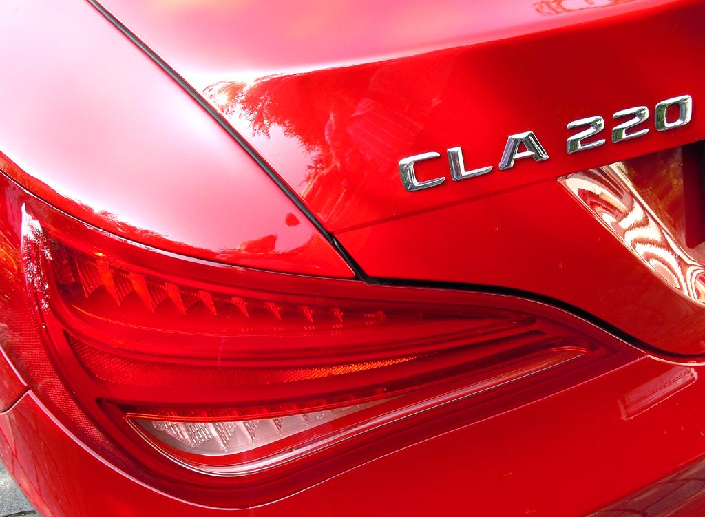 Mercedes CLA: Moderne Leuchteinheit hinten mit Modellschriftzug.