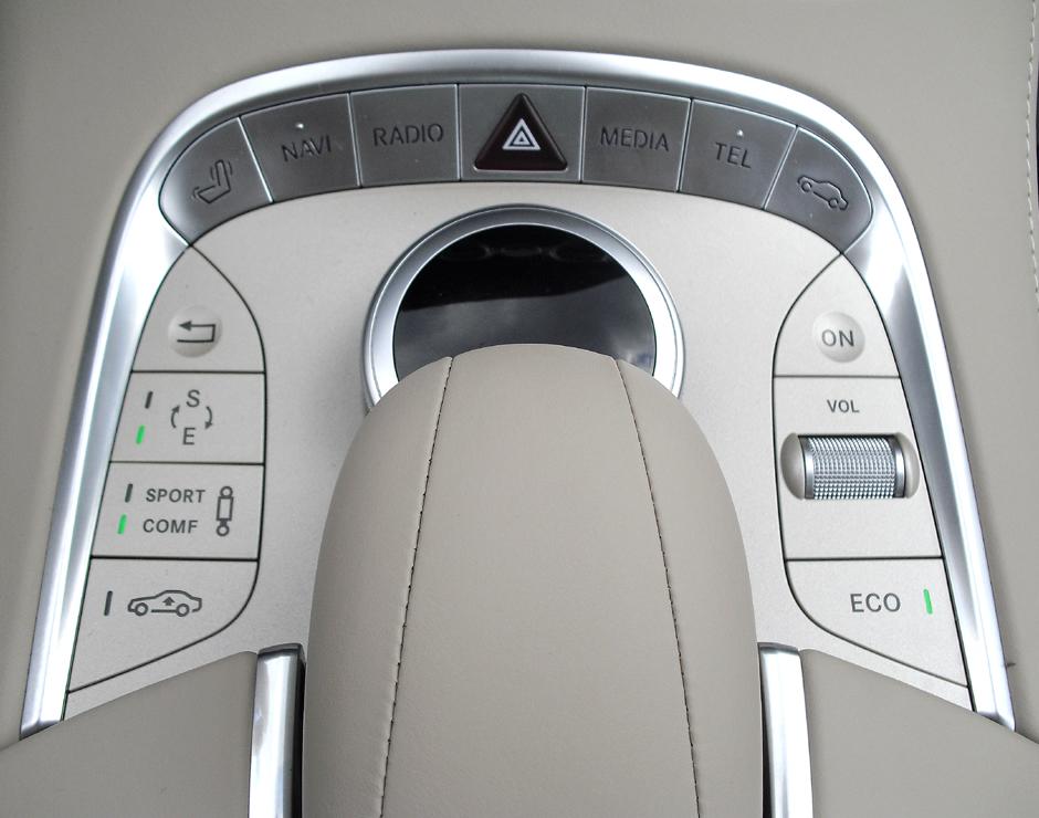 Mercedes S-Klasse: Bedieneinheit rund um den Dreh-/Drückknopf auf dem Mitteltunnel.