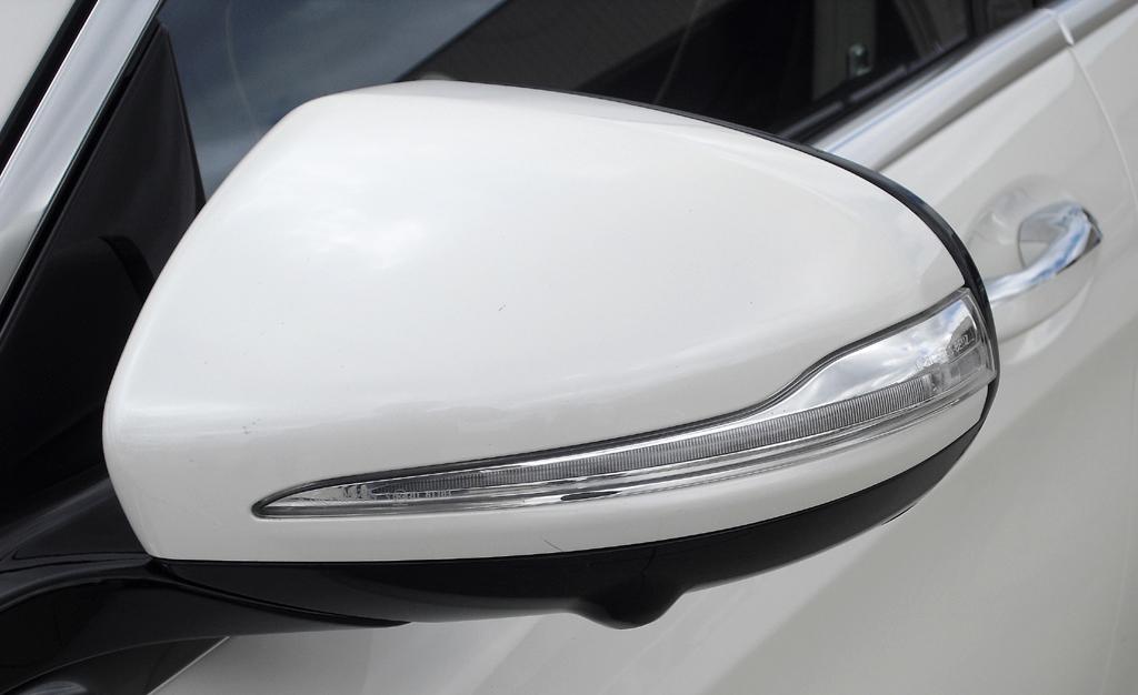 Mercedes S-Klasse: In die Außenspiegel sind schmale Blinkleisten integriert.