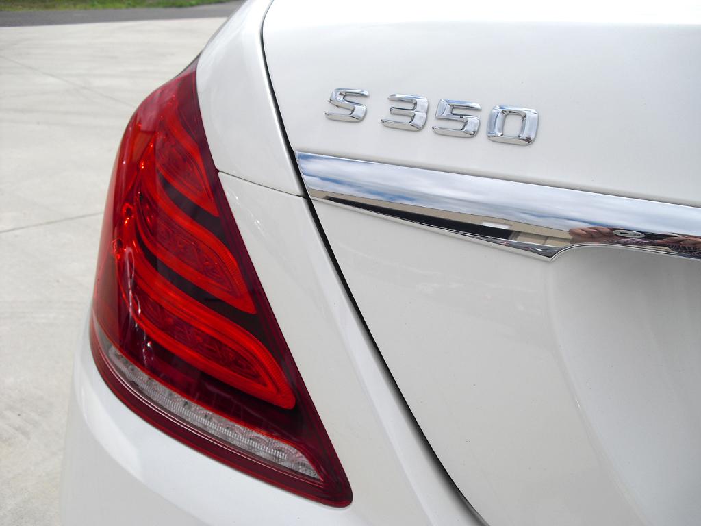 Mercedes S-Klasse: Moderne Leuchteinheit hinten mit Modellschriftzug.