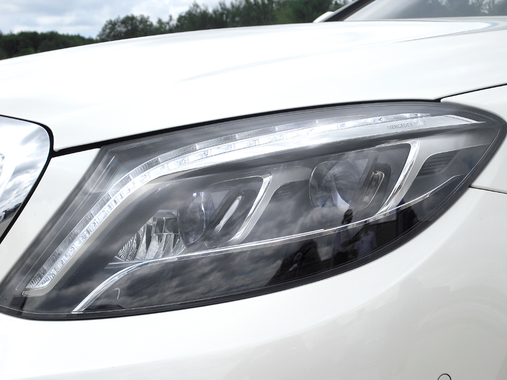 Mercedes S-Klasse: Moderne Leuchteinheit vorn mit Voll-LED-Scheinwerfern.