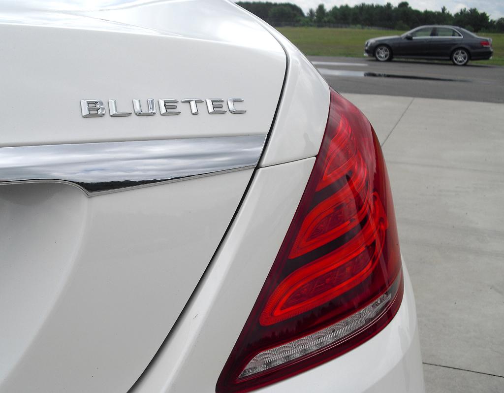 Mercedes S-Klasse: Moderne Leuchteinheiten hinten mit Bluetec-Schriftzug beim Diesel.