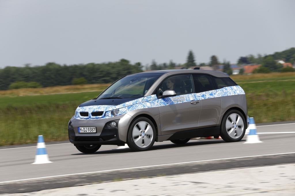 Noch ist der i3 mit Tarnfolie beklebt, aber den größten Unterschied zu anderen Autos - die Karbon-Karosserie - kann man von außen eh nicht erkennen