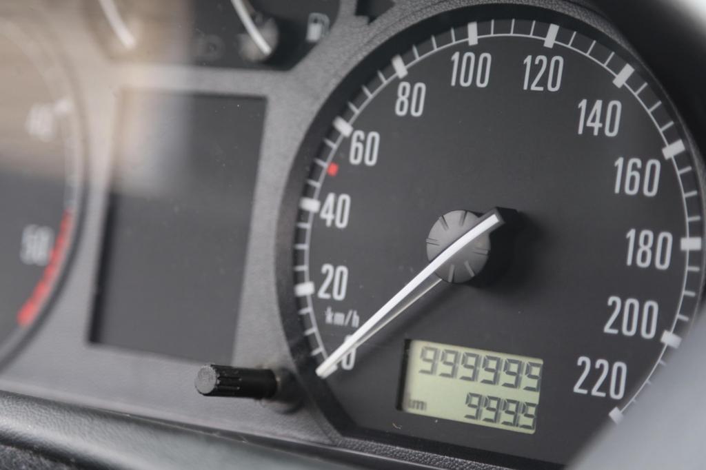 Pflichtschuldig zeigt der Tacho 999.999 Kilometer an - und dann nur noch Striche