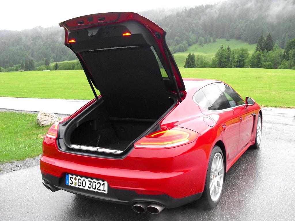 Porsche Panamera: Ins Gepäckabteil passen hier 445 bis 1263 Liter hinein.