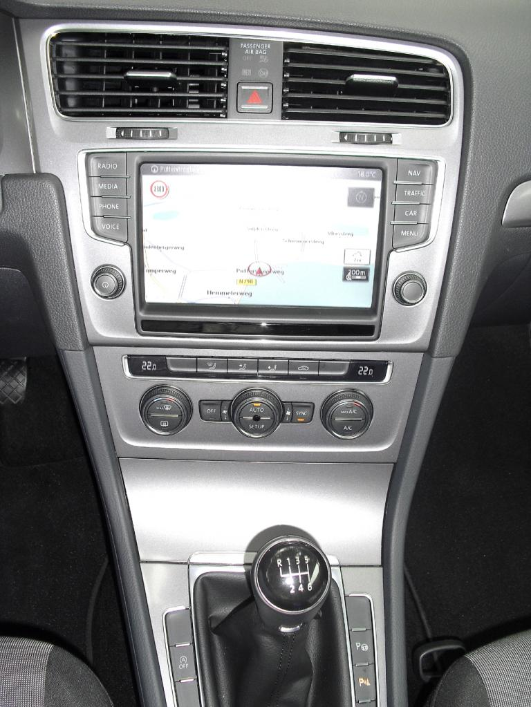 VW Golf Bluemotion: Blick auf den mittleren Armaturenträger.