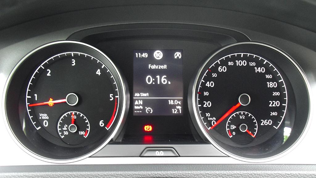 VW Golf Bluemotion: Blick durch den Lenkradkranz auf die Rundinstrumentierung.
