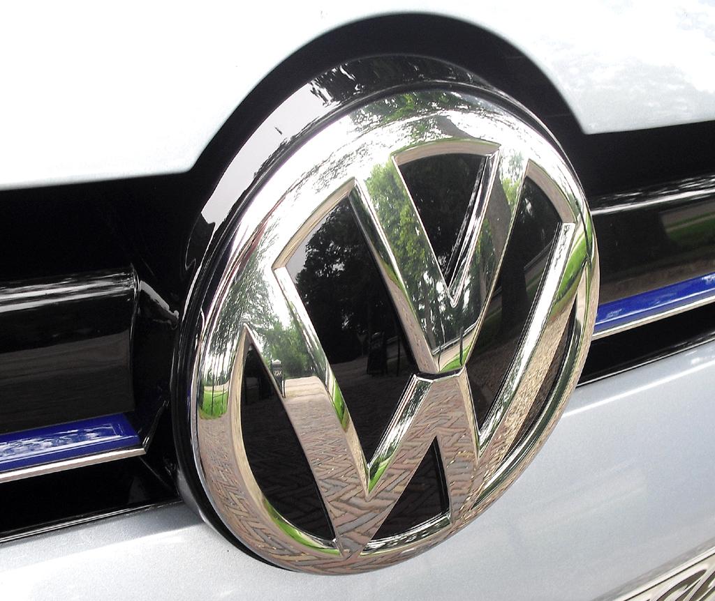 VW Golf Bluemotion: Das Markenlogo sitzt vorn mittig im Kühlergrill.