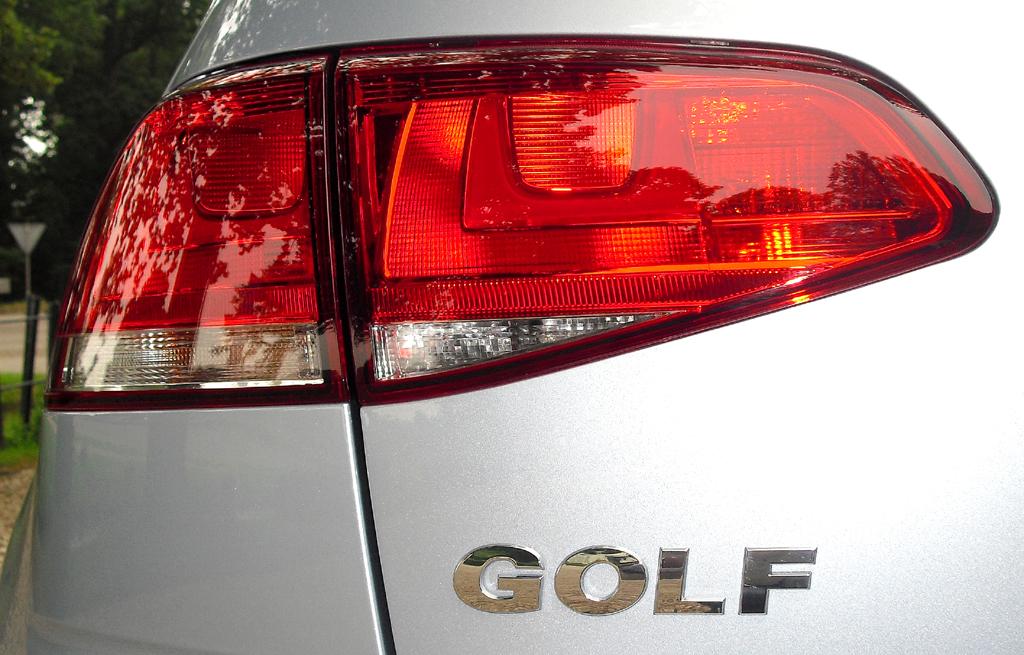 VW Golf Bluemotion: Moderne Leuchteinheit hinten mit Modellschriftzug.