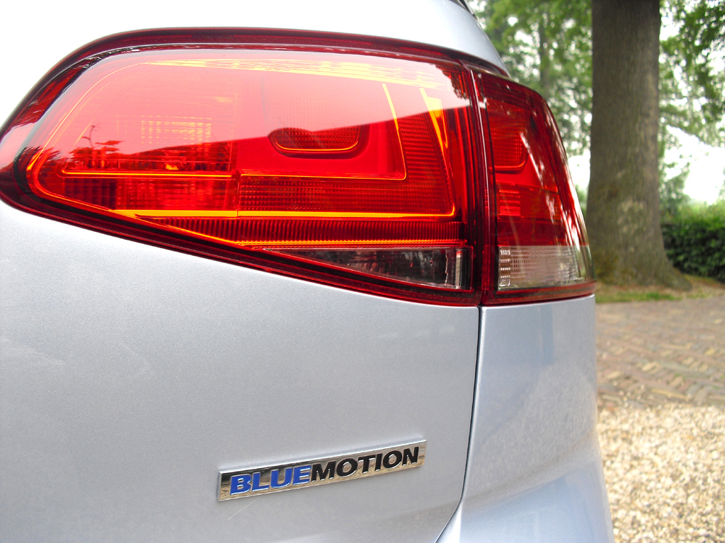 VW Golf Bluemotion: Moderne Leuchteinheit hinten mit dem Schriftzug für Sparsamkeit.