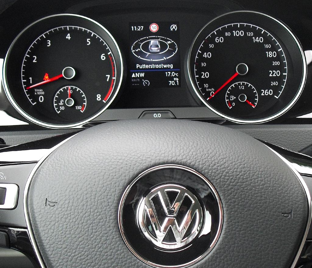 VW Golf Variant: Blick durch den Lenkradkranz auf die Rundinstrumentierung.