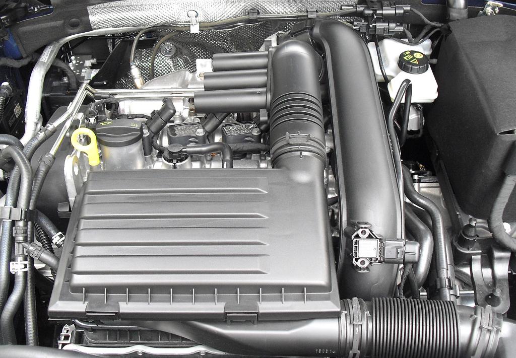 VW Golf Variant: Blick unter die Haube, hier bei einem der Diesel.
