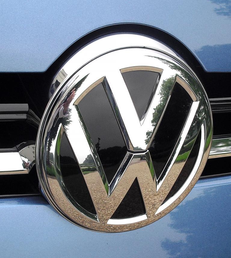 VW Golf Variant: Das Markenlogo ragt vorn leicht in die Motorhaube hinein.