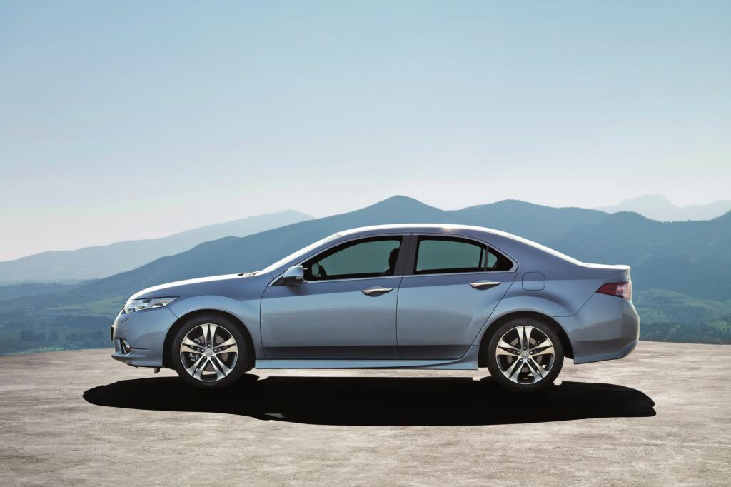 Im Frühjahr 2011 liftete Honda seinen Accord, unter anderem mit veränderten Scheinwerfern und einem kantigeren Stoßfänger