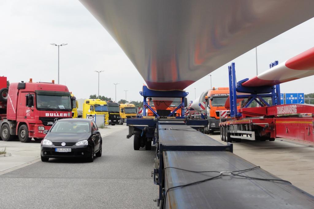 Autofahrer haben nicht immer Respekt vor den überlangen und überbreiten Transporten