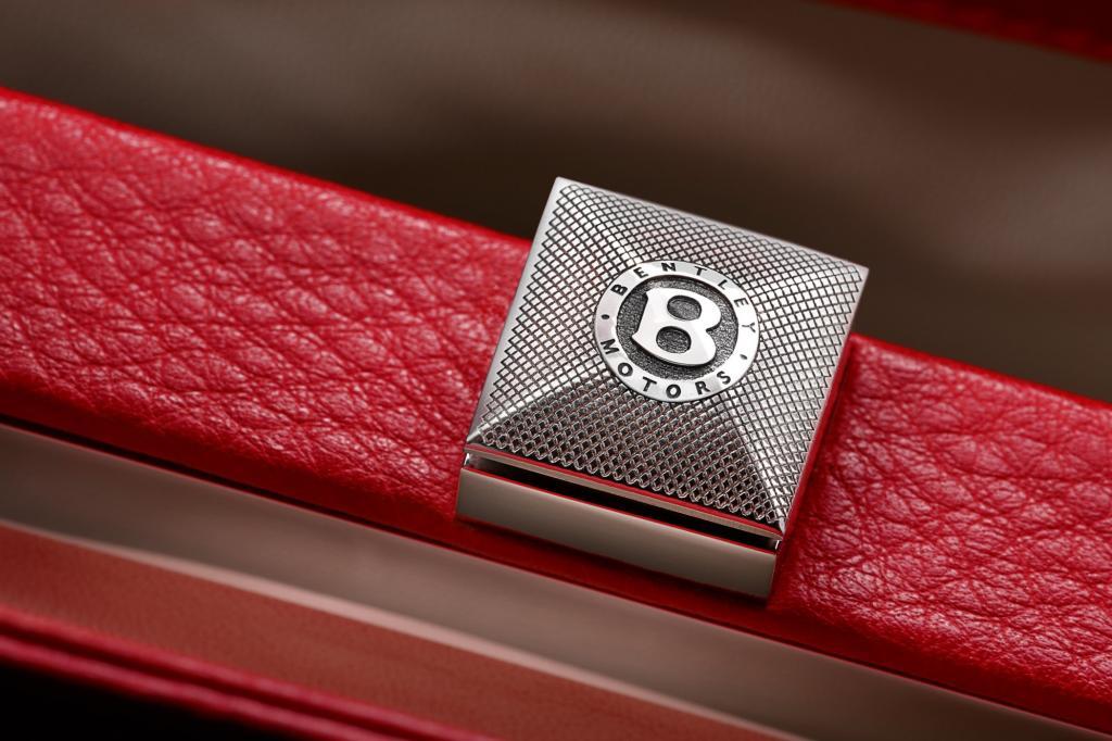 Beide Modelle sind aus Leder und verfügen über eine Metallplatte, auf der die Nummer der limitierten Tasche eingraviert ist.