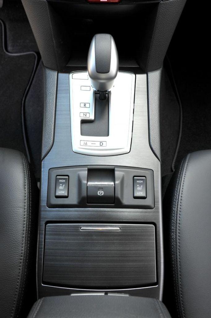 Blick auf den Getriebewählhebel der Lineartronic im neuen Subaru Outback.