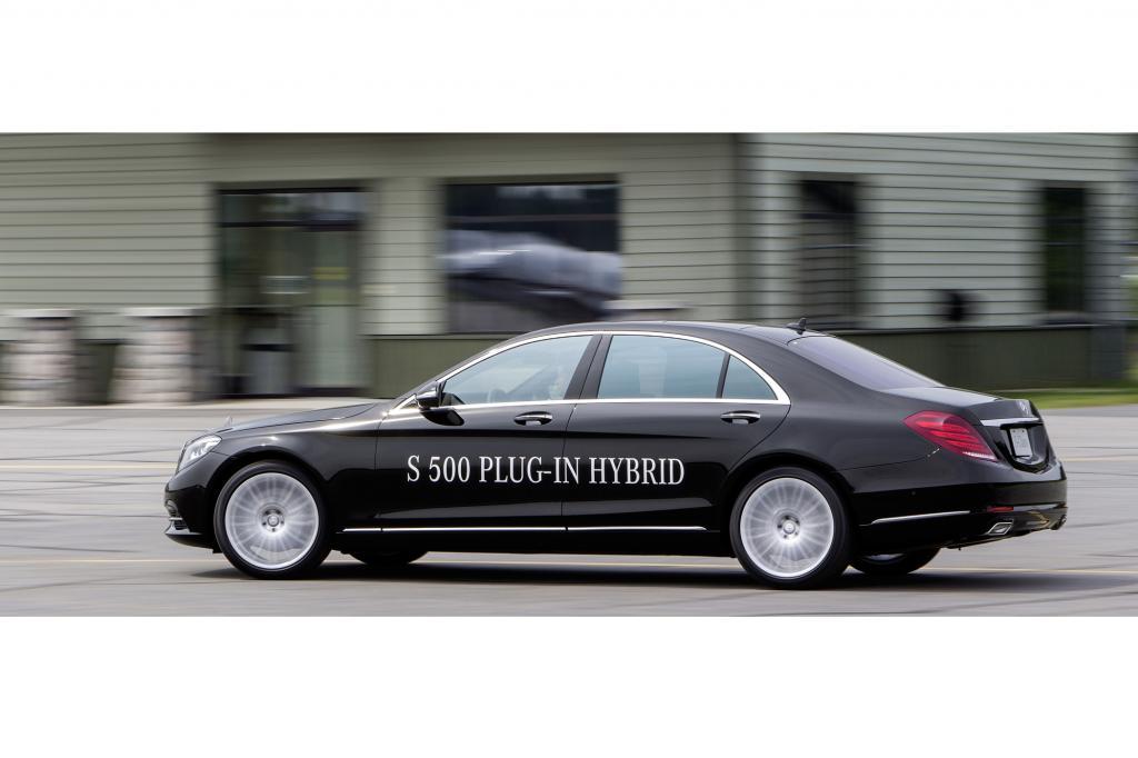 Dank des angeflanschten E-Antriebs und der Möglichkeit, bis zu 30 Kilometer weit rein elektrisch zu fahren, ergibt sich beim neuen S 500 Plug-in-Hybrid ein Normverbrauch von drei Litern