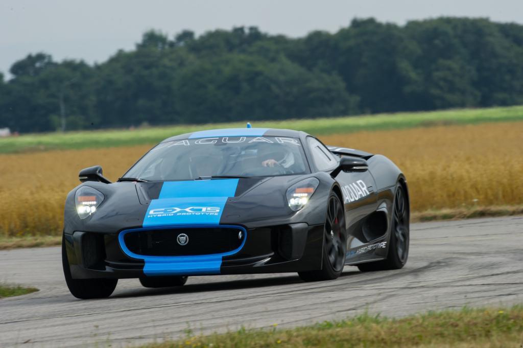 Das Ingenieurteam wollte einen pfeilschnellen Straßenfeger mit den Verbrauchswerten eines Toyota Prius und den Fahrleistungen eines Bugatti Veyron verknüpfen