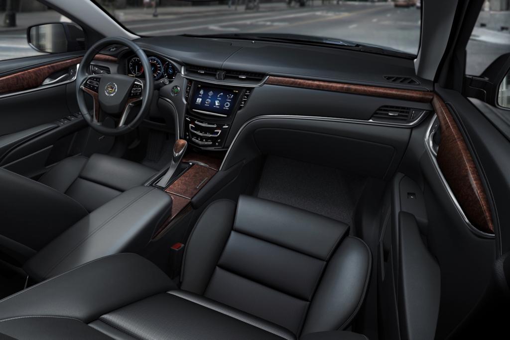 Denn auch wenn es gegen Aufpreis eine Abstandsregelung oder eine Spurführungshilfe gibt, ist Cadillac bei den Assistenzsystemen noch mindestens eine Generation zurück.